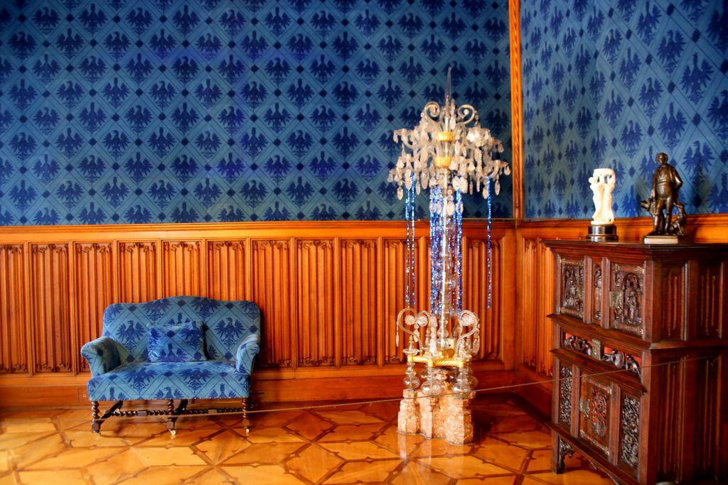 水色に青、赤など色鮮やかな部屋に誘われて…