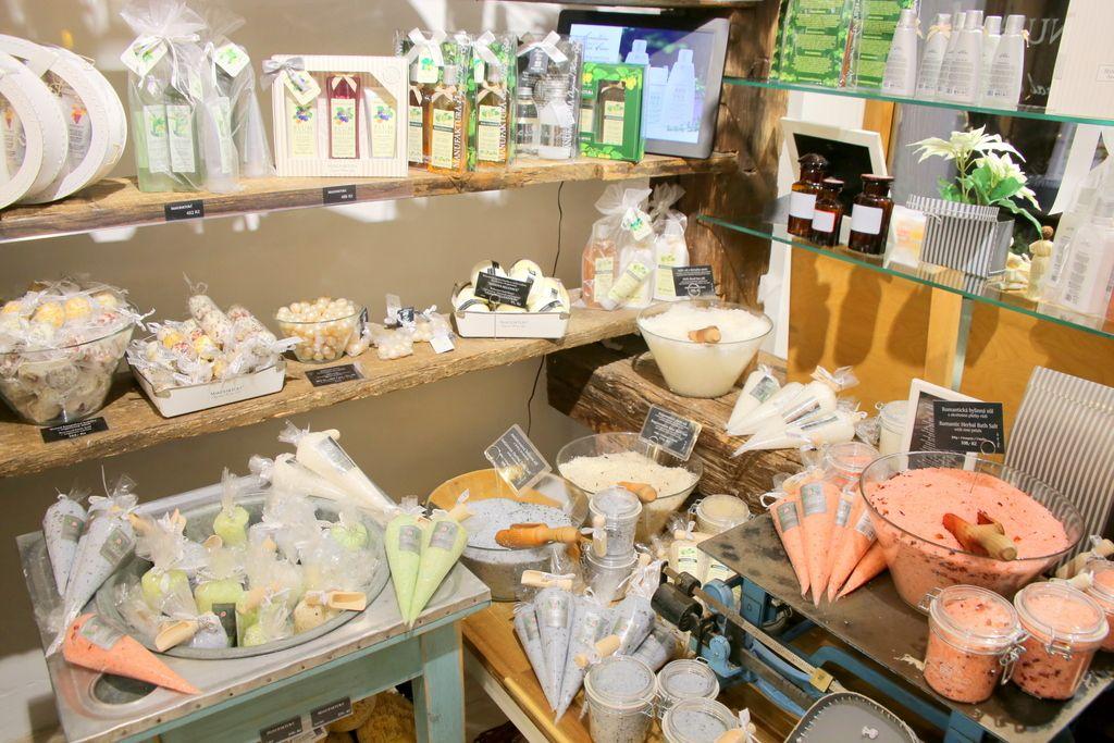 工芸品から始まり、お土産全般を扱うお店へ