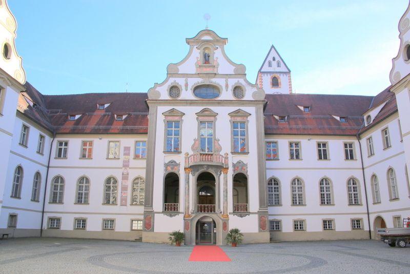 時の権力と財力が集まった修道院で歴史を逆戻り