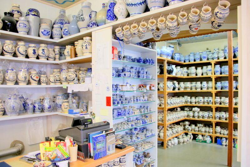 お店いっぱいに並ぶ青と黄色の陶磁器
