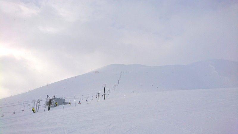 雪と空しかない山頂エリア