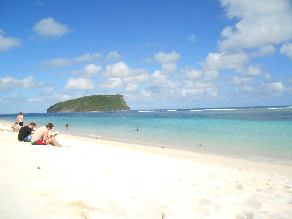 サモア定番の「ラロマヌ・ビーチ」!美しいファレの並ぶ砂浜でのんびりバカンス