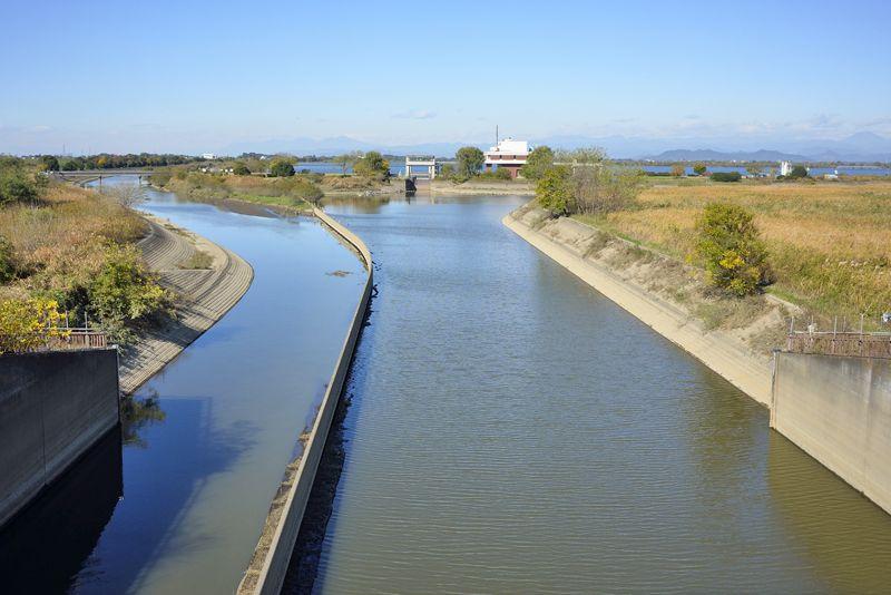 ハート型の貯水湖・谷中湖の出入口
