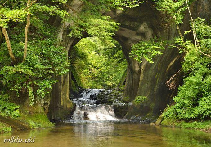 SNSでも話題の絶景!岩のトンネルを貫く「濃溝の滝」