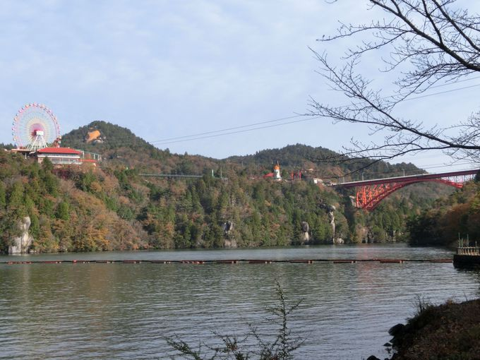 奇岩「紅岩」と恵那峡大橋