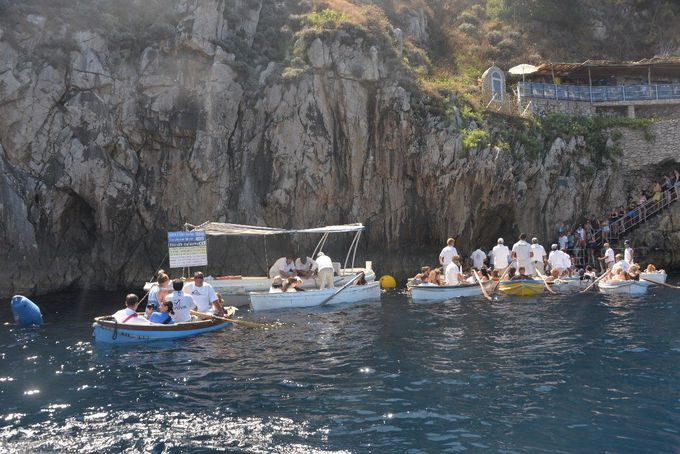 青の洞窟に入るための手漕ぎボートへ