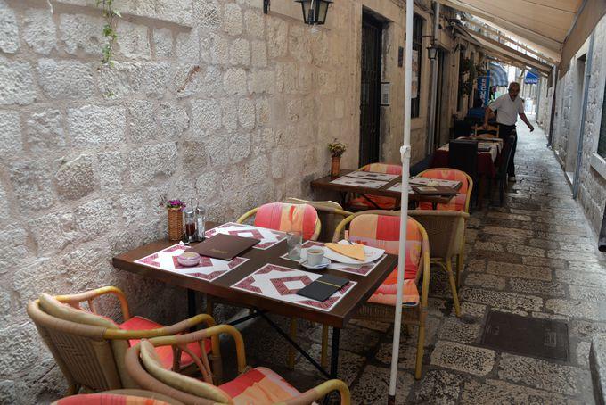 ドゥブロヴニク旧市街に数多くある路地裏レストラン