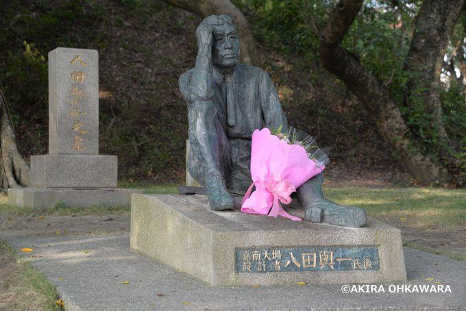 八田夫妻の墓と銅像