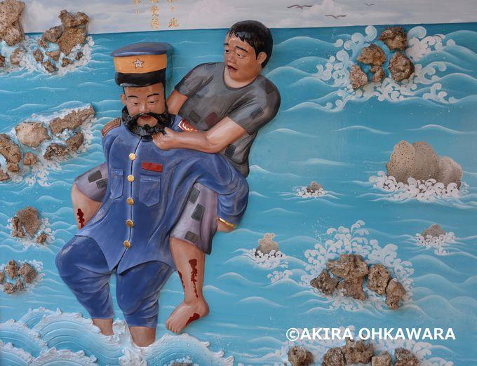 自らを顧みず海で溺れかけている村人を助ける