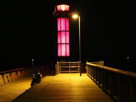 幻想的な総ガラス張りの赤灯台は必見!「サンポート高松」ウォーターフロントを散策|香川県|トラベルjp<たびねす>