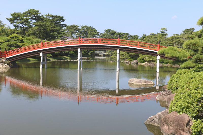 月を招く朱塗りの橋が美しい庭園!丸亀市「中津万象園」