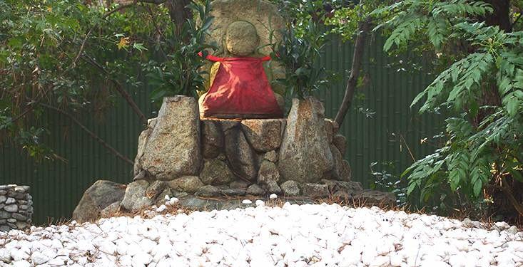 庭園内には庶民に親しまれた「石投げ地蔵尊」が