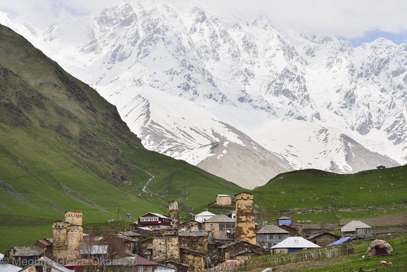 秘境の村は、グルジア最高峰シュハラ山に抱かれるようにして