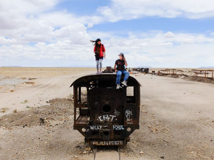 ウユニは塩湖のみならず!秘密基地「列車の墓場」を遊び倒せ