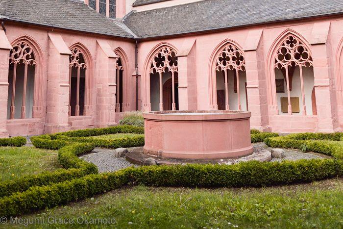 ピンクの壁が対象的な、ゴシック様式の回廊