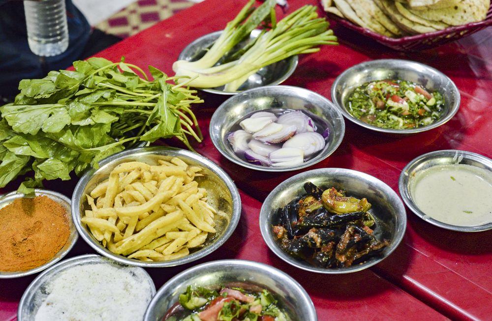 新鮮な野菜とスパイシーな味付けが癖になる!地元料理を食べてみよう
