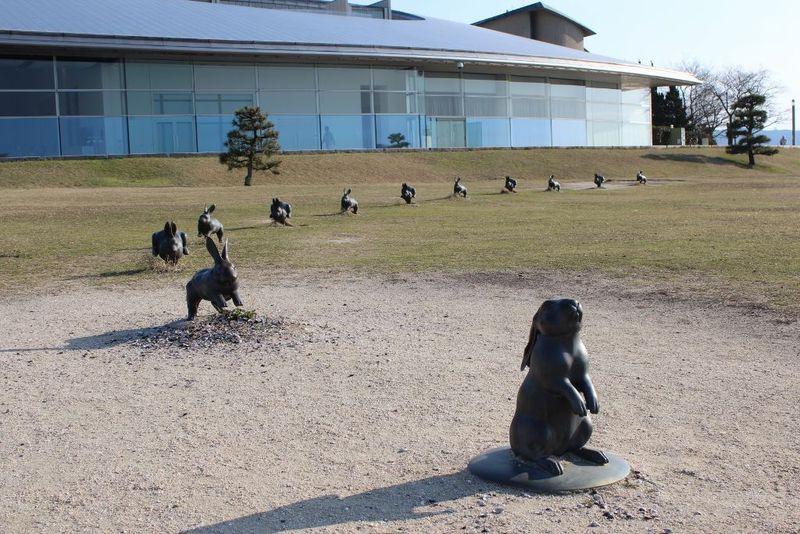「縁結びの兔」がいる島根県立美術館