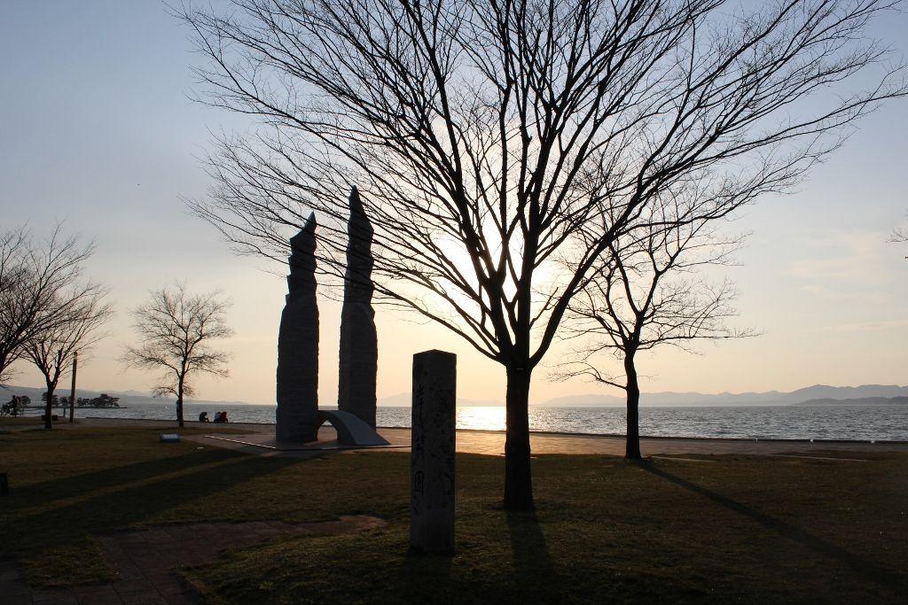 オブジェが夕陽を引き立てる島根県立美術館