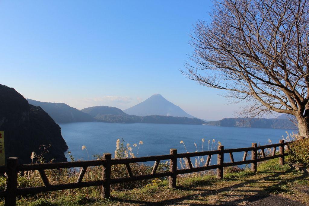 池田湖から望む開聞岳