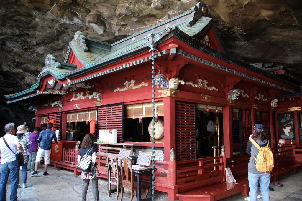 洞窟にすっぽりはまる色鮮やかな「社殿」