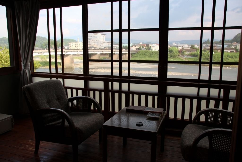 球磨川に面して、水に関する名前がついた客室