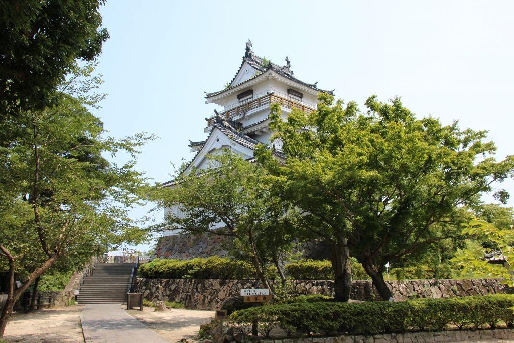 三方に絶景が広がる杵築城