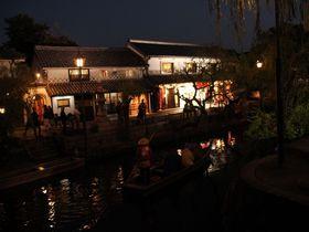 静けさと喧騒!幻想的な照明に浮かぶ・倉敷美観地区「倉敷川畔」|岡山県|トラベルjp<たびねす>