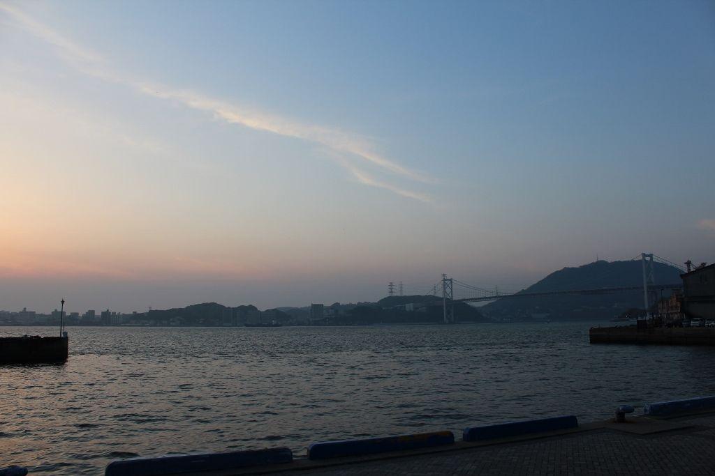 関門橋や対岸の下関の夜景が美しい海峡側客室