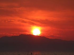 日本一の足湯 雲仙市小浜温泉「ほっとふっと105」周辺は夕日もグルメも楽しめる観光スポット|長崎県|トラベルjp<たびねす>