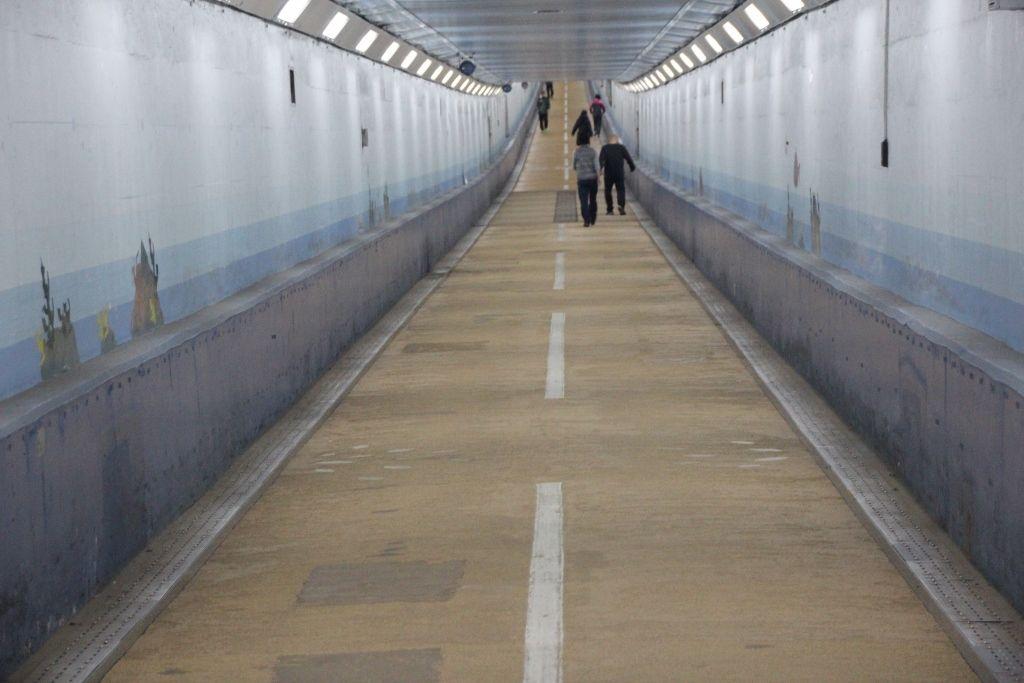 下って上る海底トンネル。一番下にあるのが県境