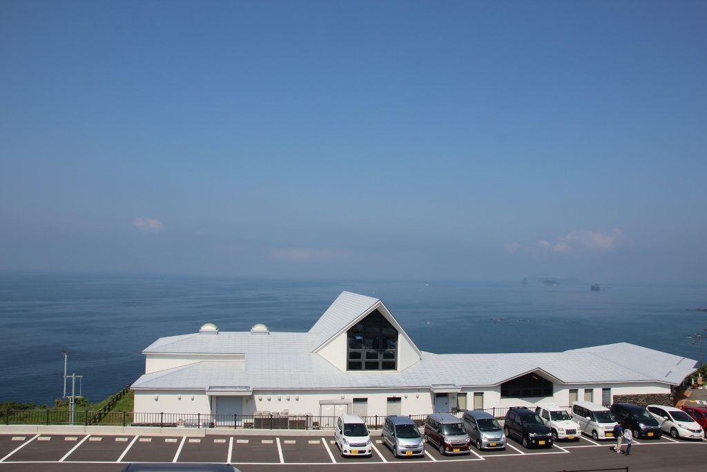 角力灘に面して建つ遠藤周作文学館