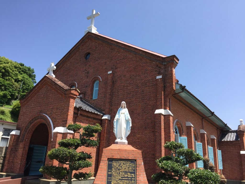 信徒が積み上げたレンガが美しい黒崎教会