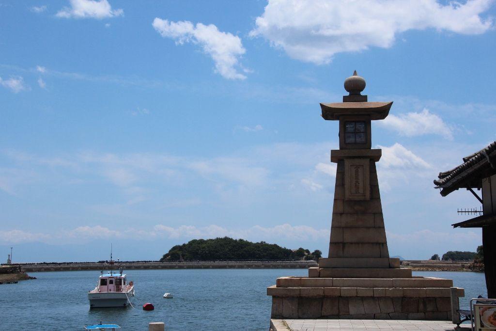 鞆の浦のシンボル「常夜燈」が溶け込む福山市鞆港の風景