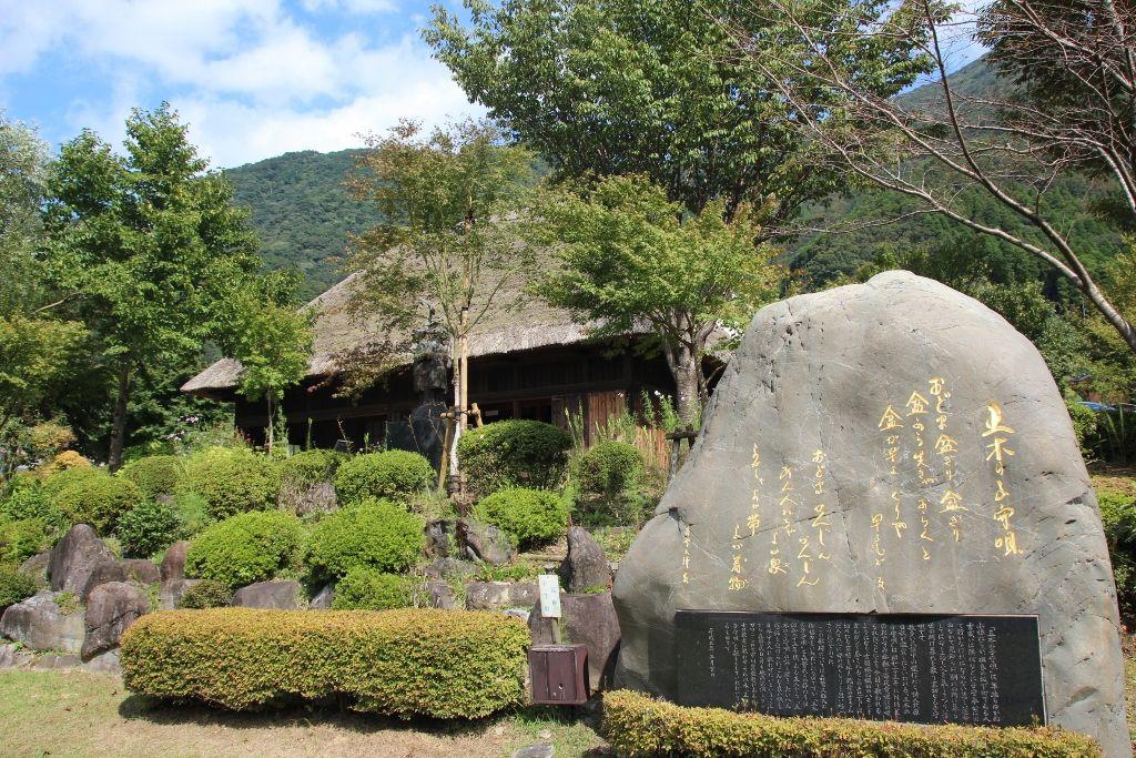 清流「川辺川」に沿ってたたずむ 熊本・子守唄の里「五木村」