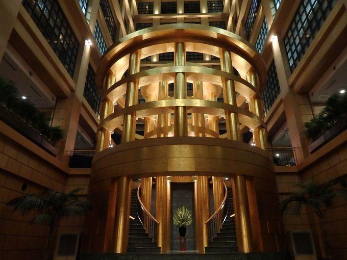 迫力の建築美を楽しむエントランスホール