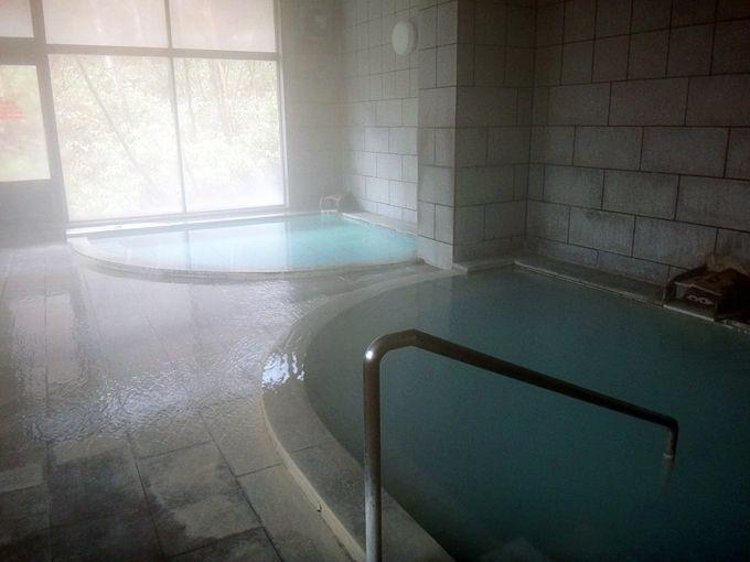 松川荘の内湯で二種類の源泉を入り比べ