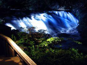 滝がライトアップ!福島「会津東山温泉 庄助の宿 瀧の湯」のパワースポット露天風呂|福島県|トラベルjp<たびねす>