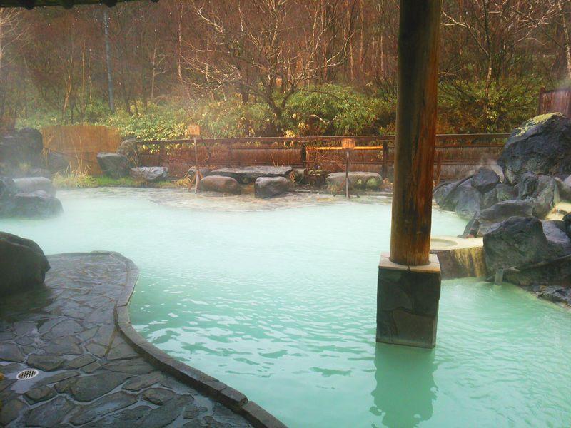 岩手「松川温泉 松川荘」の濁り湯が美しい混浴露天風呂