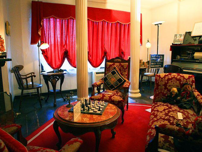 ヨーロッパ家具に囲まれたリビングルームとレトロな自動演奏ピアノ