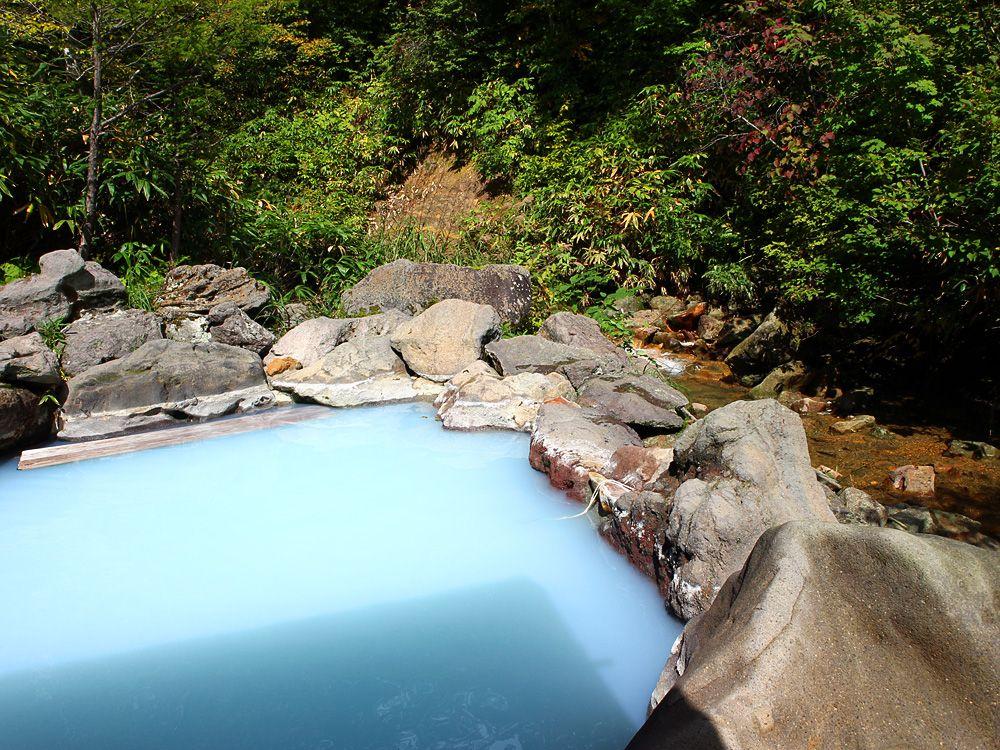 川に近すぎる渓流露天風呂、さえりの湯
