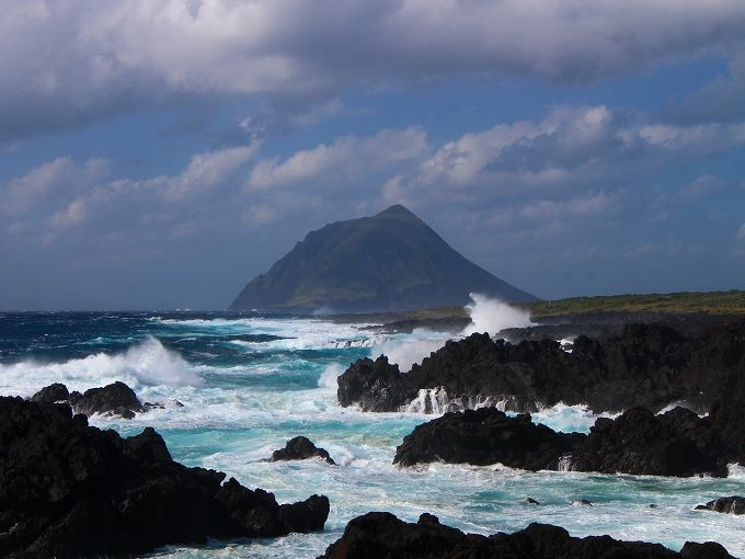 火山の痕跡を残す八丈島の海岸と夕日スポット