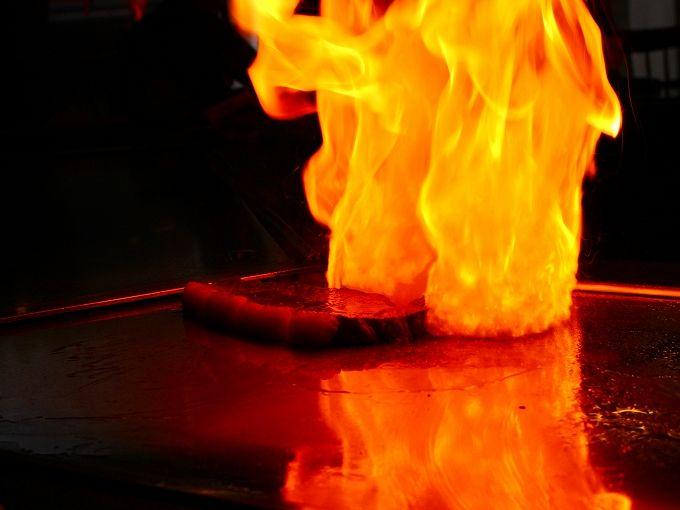 上がる火柱!ジューッと焼ける、箱根「ステーキハウス吉池」