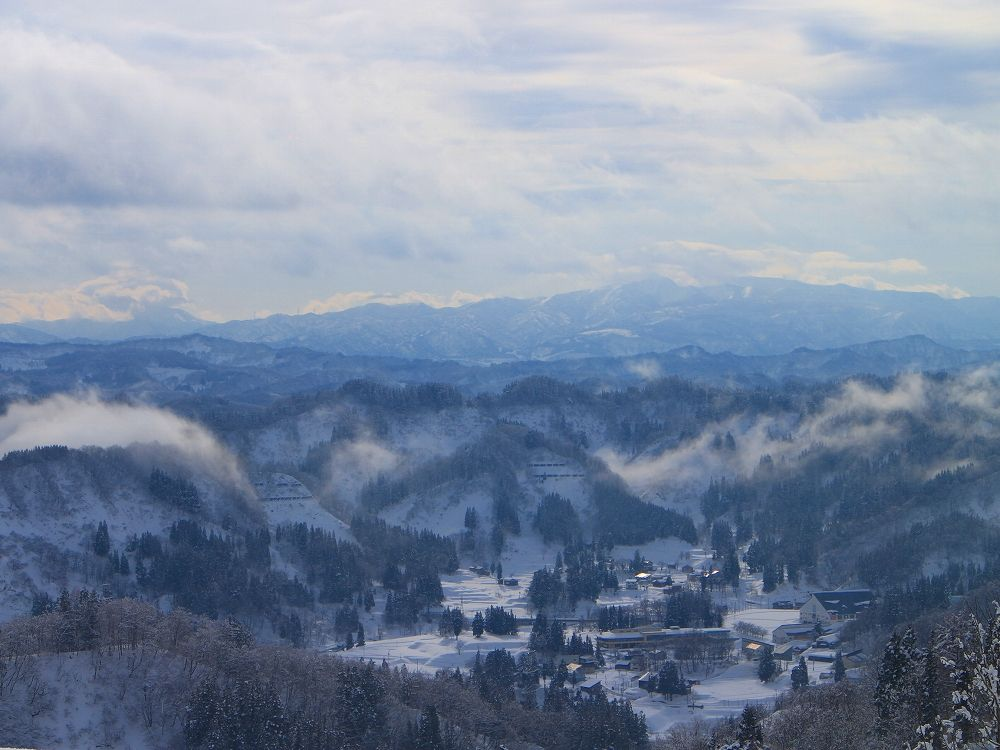 眺めの良い峠に建つ「まつだい芝峠温泉 雲海」