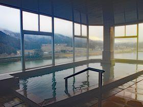 新潟・咲花温泉「佐取館」の美肌湯はエメラルドグリーン色