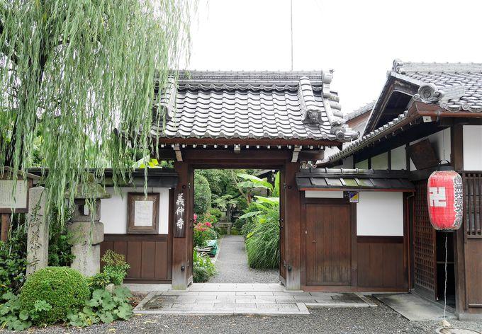 旧東海道沿いの街中に佇む「義仲寺」