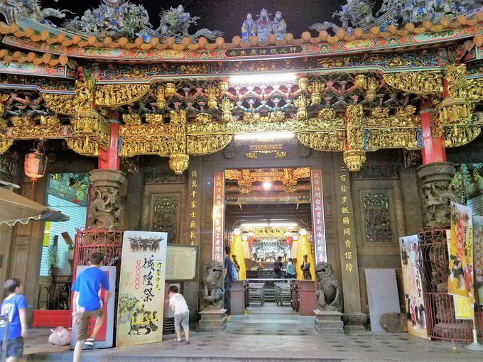 廟と屋台が仲良く同居「新竹城隍廟」