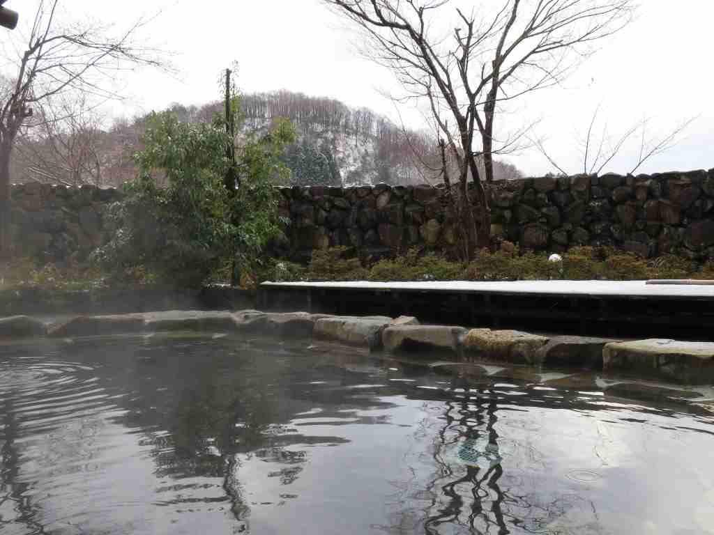 雪景色を眺めながら入る開放感のある露天風呂
