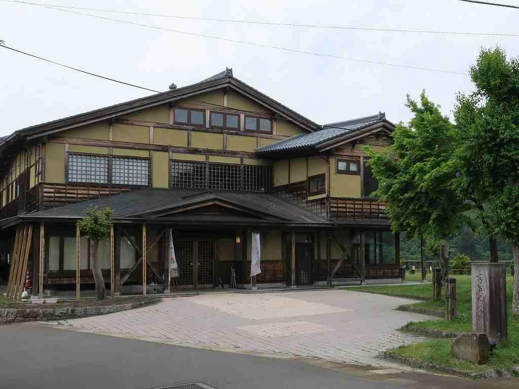 地元産のスギが使われた情緒豊かな建物