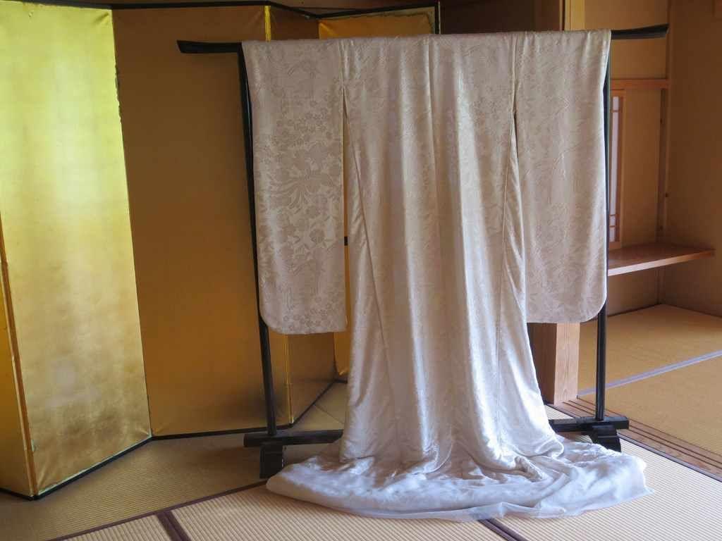 狐の嫁入り行列で使われる綺麗な花嫁衣裳