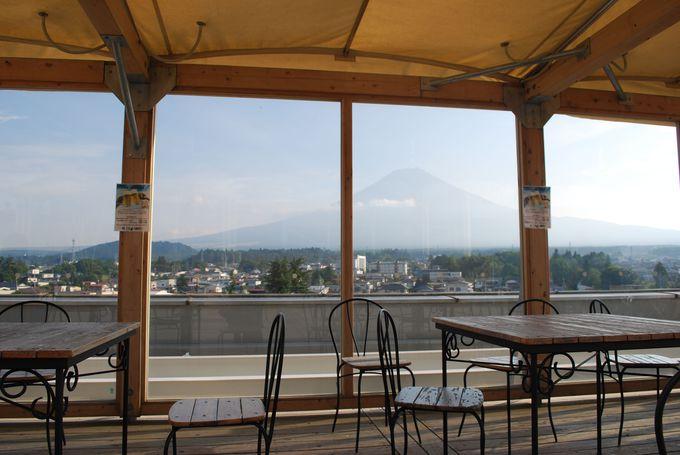 霊峰富士を望みながら、足湯を楽しむことが出来る。